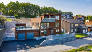 Nyoppført stilfull funkis over 3 etasjer. 2 solrike takterrasser, 4 sov og 2 bad. Dobbel garasje. Panoramautsikt!