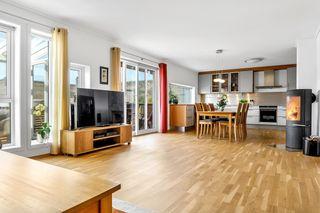 Sentral og svært flott 5-roms fra 2014 over to plan med garasjekjeller, ny heis, veranda m/hagestue og lave fellesutg!