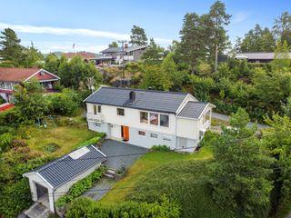 """Enebolig med terrasse, hage og garasje. Solrik tomt, og sentral beliggenhet med kort gange til """"alt""""."""