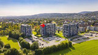 """Pen og lettstelt """"penthouse"""" leilighet med flott utsikt og kveldssol. Innglasset veranda på 16 kvm. Lave bokostnader!"""