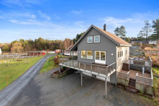 Familievennlig enebolig med dobbel garasje sentralt beliggende på Vestre Grøm.
