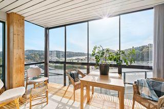 Ypperlig beliggende 3-roms endeleilighet med nydelig utsikt mot Topdalsfjorden og innglasset balkong. Parkering. Heis