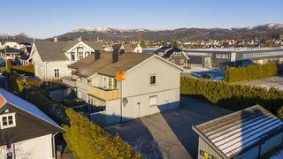 Pen og innbydende eier leilighet med 2 soverom i  2. etasje, vestvendt balkong, sentralt i Skien