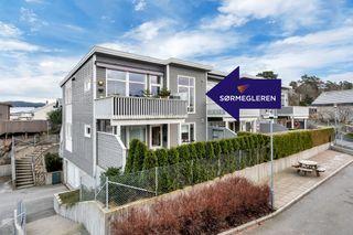 Lys og tiltalende 4-roms med usjenert og deilig uteplass samt garasjeplass. Nær Tangvall.
