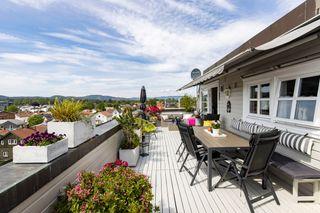 Flott leilighet med solrik takterrasse i hjertet av Skien sentrum. 2 soverom og 2 stuer. Heis.
