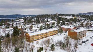 Stor 3-roms leilighet i 2. etasje med solrik, stor balkong - Nærhet til skoler og barnehage