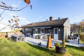 Velholdt og romslig enebolig med 4 soverom. Flott og solrik eiendomstomt. Dobbel og enkel garasje.