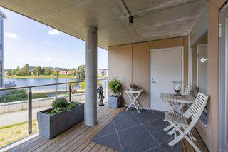 Solrik 3-roms leilighet med heis og garasjeplass. Høy 1. etasje. Eget vaskerom og 2 sportsboder.