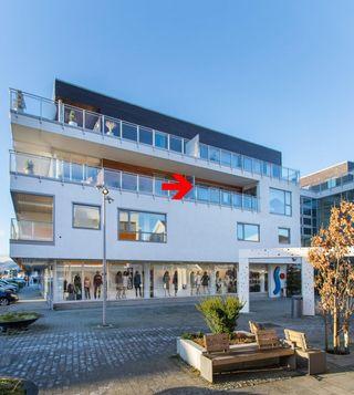 Romslig leilighet i sentrum av Lyngdal. Tilgang til gjesteleilighet, trimrom og felles stue / møterom. Garasjeplass.