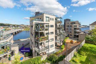 Kvadraturen - Lekker 4-roms selveierleilighet med nydelig utsikt, heis, terrasse og p-plass i uetg. Egen inngang.