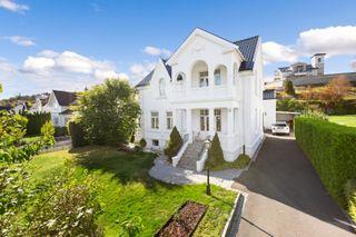 Lekker ærverdig villa med klassiske detaljer i fin harmoni med moderne innredninger. Bør oppleves! Anneks. Ingen boplikt