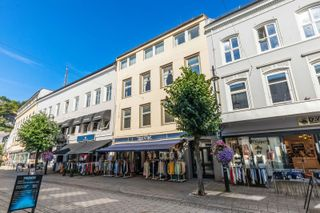 Bygård Arendal sentrum i 5.etasjer med butikk i 1 .etg . Parkering på taket til 6 biler.