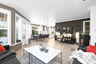 Innbydende og praktisk 3-roms leilighet med trappefri adkomst, garasje og en usjenert/solrik hage i et sentralt område