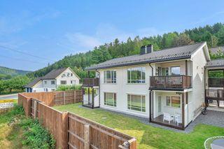 En innbydende 3-roms selveierleilighet. Terrasse med gode solforhold. Carport. Ta kontakt med megler for visning.