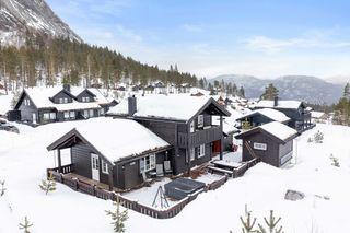 Meget pen og innholdsrik modernisert hytte med stor platting, anneks og jacuzzi