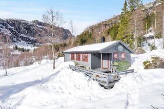 Klassisk hytte | Lunt og solrikt | 3 soverom | Peis og vedovn | Vestvendt terrasse | Kontakt megler for visning