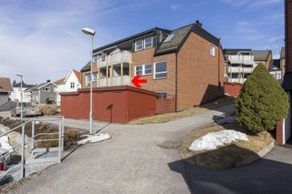 Velholdt 3-roms selveierleilighet med garasjeplass og vestvendt balkong. Gode solforhold.