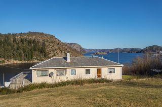 Stor enebolig med godkjent sokkelleilighet og flott utsikt til sjøen.