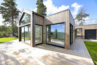Moderne arkitekttegnet hytte / Nøkkelferdig / Sjøutsikt / Hytte under oppføring