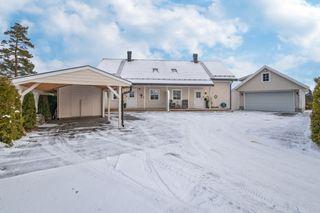 Meget innholdsrik bolig med 2 boenheter - Garasje og carport - Usjenert & solrik beliggenhet med flott utsikt