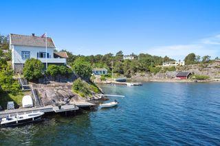 Strandeiendom på endetomt med praktfull utsikt, gode solforhold og fantastisk beliggenhet midt i innseilingen til Lyngør