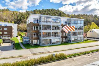 Meget pen leilighet m/ vestvendt og innglasset balkong på 13 kvm - Garasjeplass - Heis - Utsikt mot sentrum.