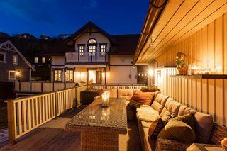 Stilfull og innholdsrik enebolig med dobbeltgarasje, 2 kjøkken, 3 bad, 3 stuer og 2 innganger. Meget solrikt!