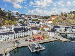 Flott, nyere selveierleilighet i Tvedestrand sentrum - Fin utsikt til brygga og fjorden - 2 balkonger - P-plass