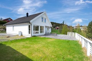 Flott enebolig med gode solforhold, fantastisk utsikt og dobbel garasje.
