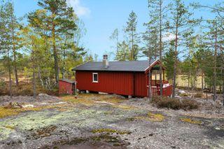 Sjarmerende hytte med solrik, idyllisk og usjenert beliggenhet. Koselig terrasse og stue med peis.
