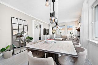 Stor innbydende 4-roms leilighet med stor innglasset balkong, nyere kjøkken og bad. Parkering.