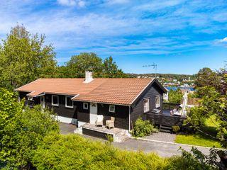 Bud mottatt! Flott oppgradert enebolig i attraktive omgivelser og utsikt til Galtesund - solrikt - barnevennlig