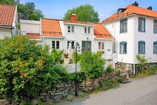 Sjarmerende enebolig i populært boligområde / Kort vei til Kragerø sentrum / Fine uteplasser, sol fra morgen til kveld /