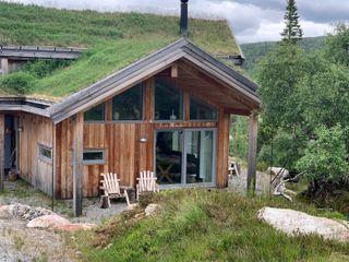 Massiv lekker hytte m/gjennomtenkte løsninger. Lunt, solrikt, stor tomt m/skigard, garasje/bod.  Ta kontakt for visning!