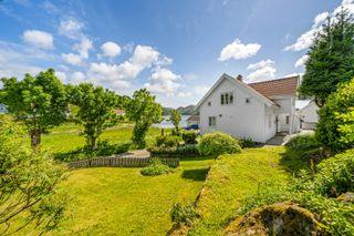 Nydelig eiendom med flott utsikt, egen strandparsell og dobbel garasje.