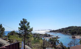 Fritidsbolig med panoramautsikt til sjøen beliggende i meget attraktivt område. Meget solrikt. Båtplass.