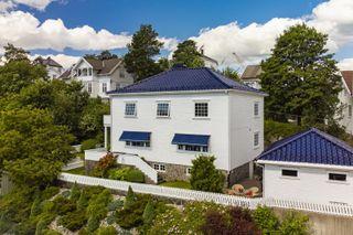 Herskapelig villa med usjenert og koselig hage. Rolig, sentral og attraktiv beliggenhet - Arendal vest. Dobbel garasje.