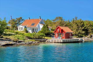 Påmeldingsvisning man 02.08 fra kl. 12 -fantastisk landsted i nydelig skjærgård - boligstandard/sjøbod/100 kvm. brygge