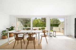 Stor og meget innbydende 4-roms leilighet med solrik terrasse! Nyere kjøkken og bad.