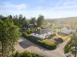 Enebolig med oppussingsbehov i attraktivt boligområde - Hybel - Kort gange til Husvik skole, sjø og båthavn - 2 garasjer
