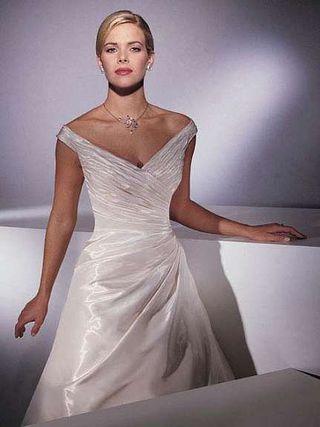 Designer brudekjole av Demetrios Couture - Oslo  - Designer brudekjole av Demetrios Couture.  Kjolen er meget elegant og er laget av et nydelig silkestoff med to forskjellige trådfarger(hvit/gull) som gir en off-white nyanse. Kjolen er sydd for en person på rundt 1,65 høy. Det inklude - Oslo