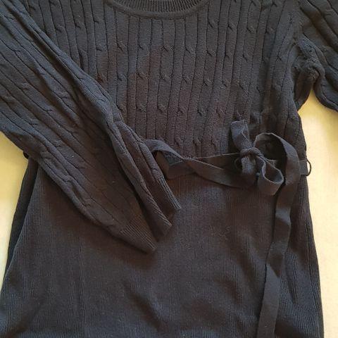 57680bfc Sort ribbestrikket genser til dame i str 40 - v-hals foran og bak ...