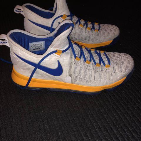 Tøffe gode Nike Basketsko selges rimelig. Str 33.5 lite