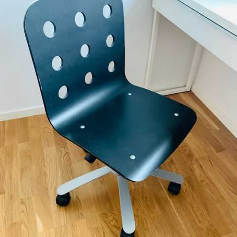 Blå kontorstol i stoff passer barn og voksen | FINN.no