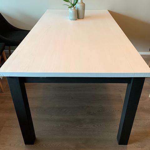 Alexandra Spisebord, gråmelert med hvite ben | FINN.no