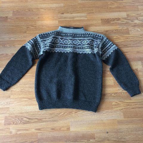Hjemmestrikket ullgenser(Fana genser) med brodert hals | FINN.no