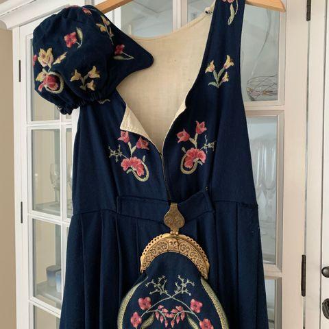 Grafferdrakt med jakke, to skjorter og veske | FINN.no