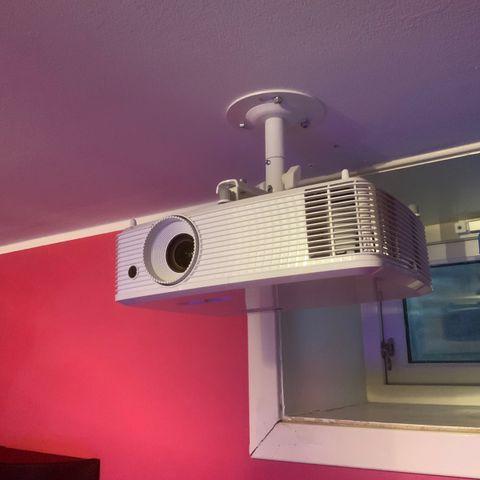 BenQ W1070 m 100 tommer lerret (Relativt ny lampe) | FINN.no