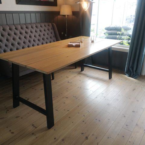 Aannø Sigma In Line spisebord og stoler Befinner seg i