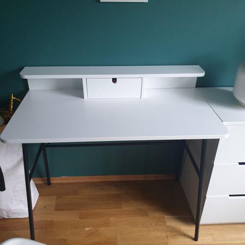 Jeg ønsker å kjøpe Hemnes arbeidsbordskrivebord i brunsvart